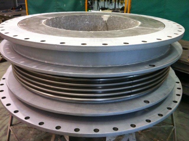 Compensador de dilatación metálico con hormigón refractario